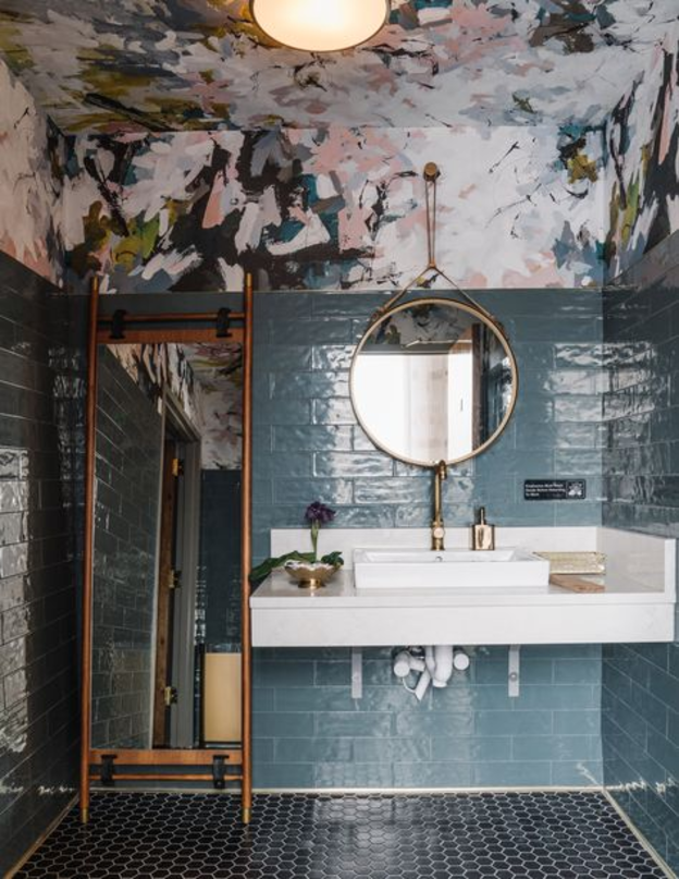 teto-colorido-papel-depafede-banheiro